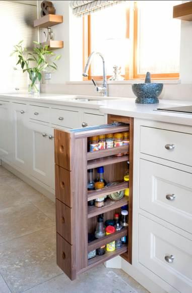 Пары десятков сантиметров достаточно для установки такого узкого выдвижного шкафчика для бутылок