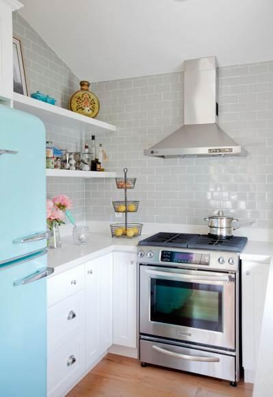 Открытые полки будут очень уместны в небольшой кухне