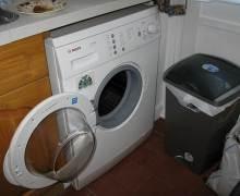 Открытая дверца машинки после стирки может выглядеть на кухне неуместно