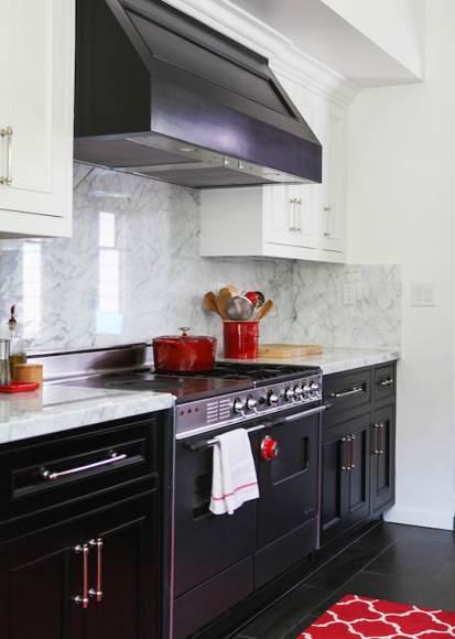 Замена ярко-красных аксессуаров в этой черно-белой кухне поменяет и общий вид помещения.