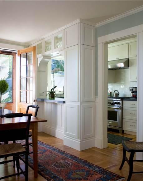 смежная стена небольшой белой кухни