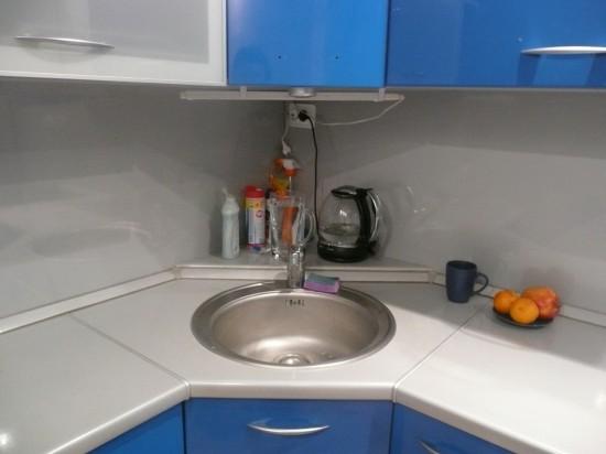 раковина в угловой кухне