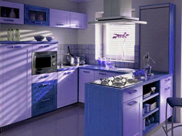 угловая кухня возле окна
