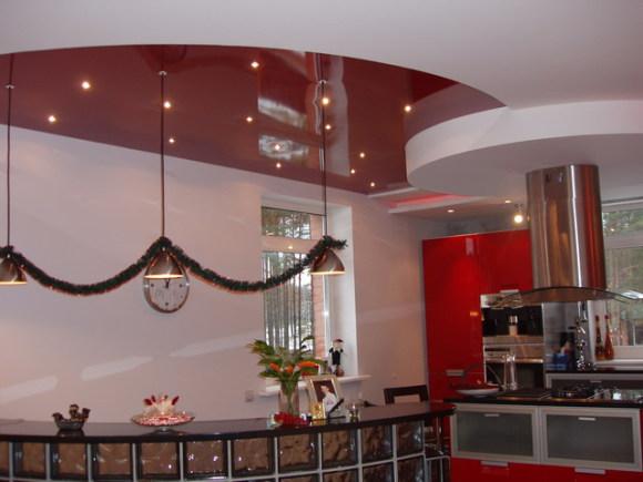 варианты оформления потолка на кухне