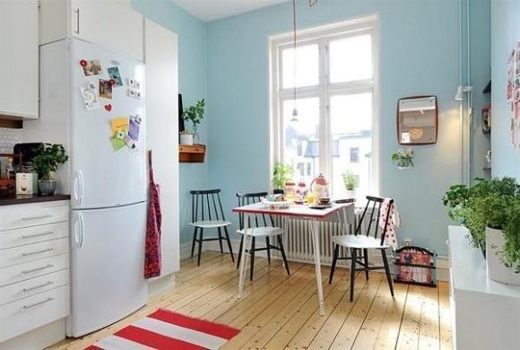 Красно-белую кухню можно создать с помощью аксессуаров: посмотрите на красно-белый полосатый коврик, утварь с красными пластиковыми вставками, красное кухонное полотенце и фартук.