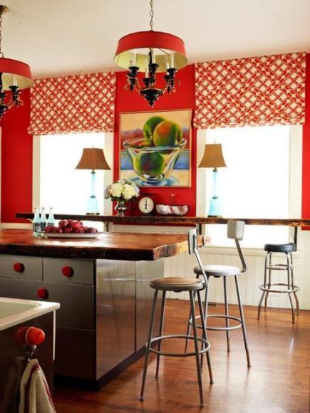 Большое количество красного цвета сложно сочетать. Но возможно. Посмотрите на прекрасную кухню, сочетающую натуральное темное дерево, красные стены, занавески с красным узором и вычурные светильники с красным абажуром. Удивительно красиво и стильно!