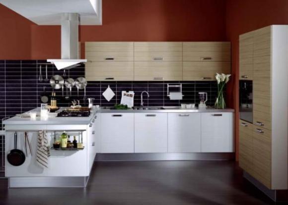 Темно-красные стены выгодно сочетаются с кухонным гарнитуром нейтральных цветов