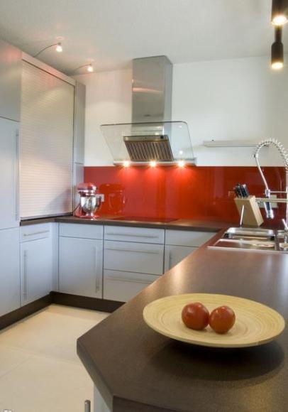 Кухонный фартук красного цвета цвета можетвыглядеть шокирующе.
