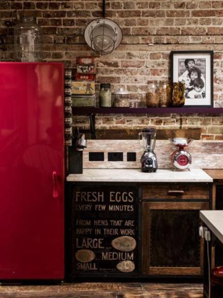 Красный холодильник - оригинальный способ добавить красный цвет в интерьер вашей кухни, не изменяя ничего другого. Экспериментируйте!