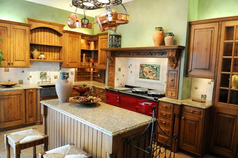 пересечение дворцовой роскоши и крестьянского быта на кухне в итальянском стиле