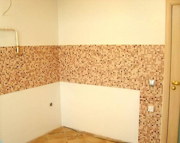 в отделке стен можно использовать комбинацию материалов