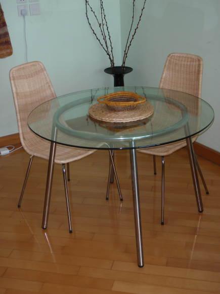 Стеклянный стол в этническом стиле